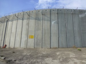 The separation barrier in form of a wall. Photo: PS