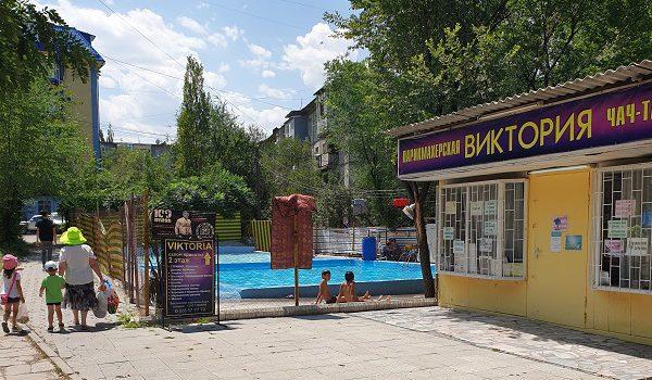 Kinderplanschbecken im Wohnviertel in Bischkek