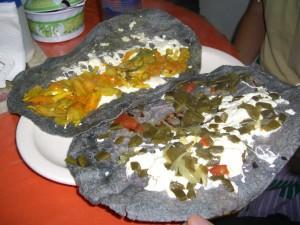 Blaue Quesadillas in einem kleinem verstecktem lokal auf dem Markt im Centrum Tapachulas.
