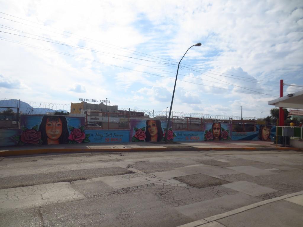 Memoriales - die Wände, an denen die Namen und Portraits verschwundener Frauen zu sehen sind