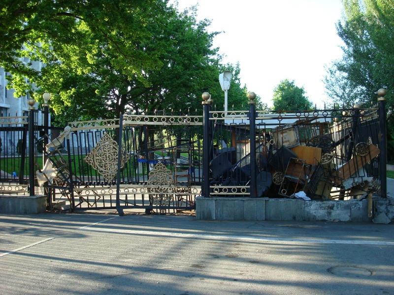 Bischkek. Der Zaun des Sitzes der Regierung Anfang mai. Die Löcher, die beim Umsturz vom 7. April in den Zaun gerissen wurden, sind mit Möbeln gestopft.